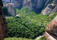 Живописная долина между скал и Монастырь Варлаама на дальнем плане. Метеоры.