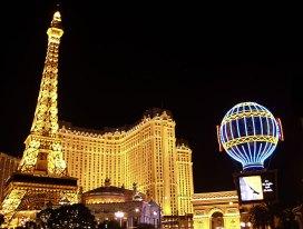 """Отель-казино """"Париж-Париж"""" вечером."""