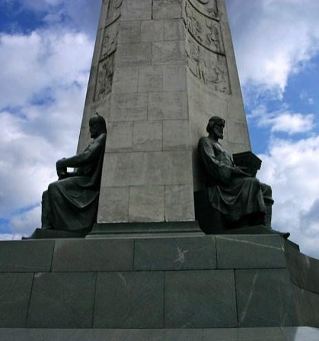 Памятник 850-летию Владимира. Трехгранная стела со скульптурами.
