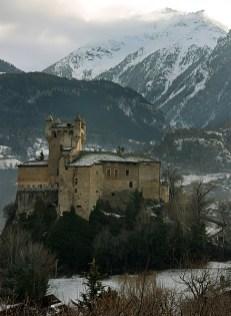 Средневековый замок Saint Pierre на фоне снежных гор. Итальянские Альпы, долина Аоста.