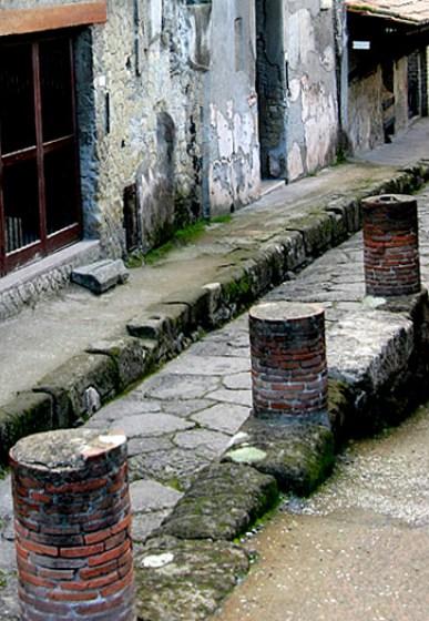 Останки колонн вдоль одной из улиц Геркуланума.