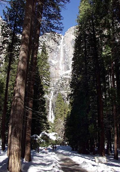 Верхний и нижний водопады долины.
