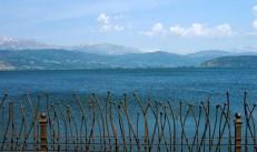 Озеро Pamvotis и фигурная ограда набережной в Яннине (Ioannina).