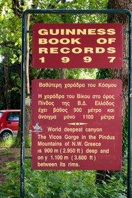 Надпись на краю каньона Vikos George, о занесении его в книгу рекордов Гиннесса. Vikos-Aoos National Park.