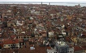 Крыши Венеции. Внизу справа видна башня Torre dell' Orologio, с двумя фигурками (Moors), ударяющими в колокол.