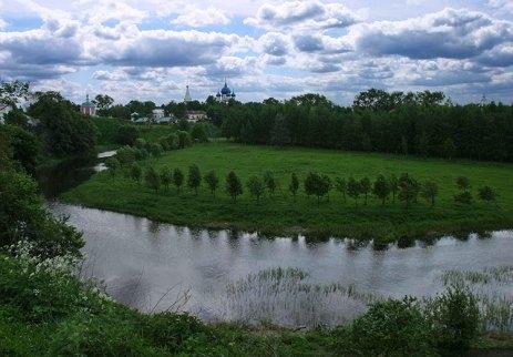 Река Каменка и Собор Рождества Богородицы на горизонте. Суздаль.