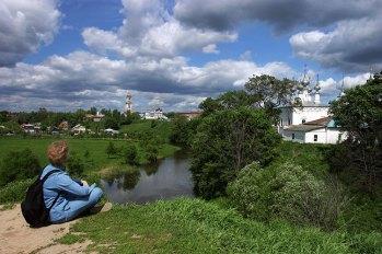 На берегу реки Каменки в центре Суздаля.