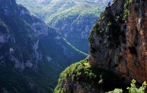 Каньон Викос в районе деревни Монодендри (Monodendri).