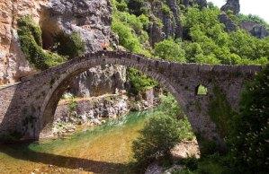 Сланцевый мост Kokorou недалеко от поселения Kipi. Наверху - оранжевая фигурка для масштаба. Vikos-Aoos National Park.