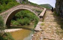 Мост Misos (19-й век) в глубине каньона.