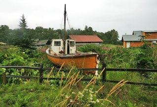 Рыбацкое судно в огороде. Деревня Нинильчик.