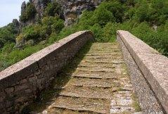 Ступеньки моста Misos из сланца (флиша).