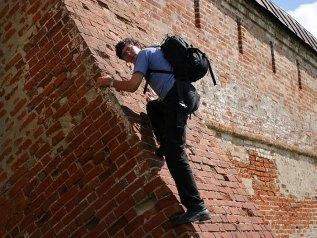 Илья пытается забраться на стены монастыря. Суздаль.