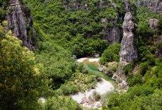 Сланцевый каньон перед поселением Kipi.