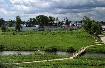 Мост через речку Каменку и Покровский женский монастырь на том берегу. Суздаль.