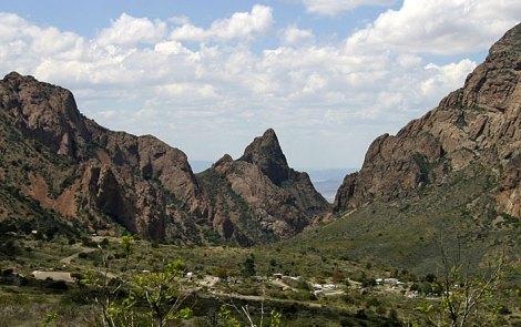Кемпинг в долине, окруженной горами Chisos Mountains.