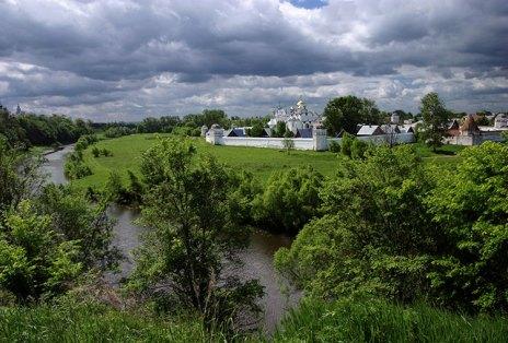 Изгиб реки Каменки и Покровский женский монастырь на том берегу. Суздаль.