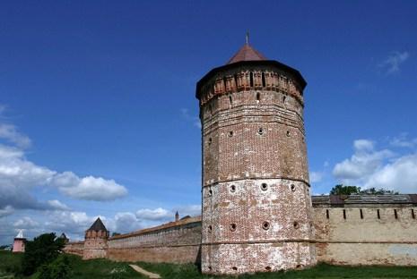 Угловая граненая башня в стене Спасо-Ефимиевого монастыря. Суздаль.