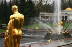 Позолоченые скульптуры снаружи грота. Петродворец.