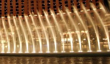 """Танцующие фонтаны. Вечернее шоу фонтанов перед отелем """"Bellagio""""."""