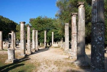 Восстановленные колонны Palaestra. Древняя Олимпия.