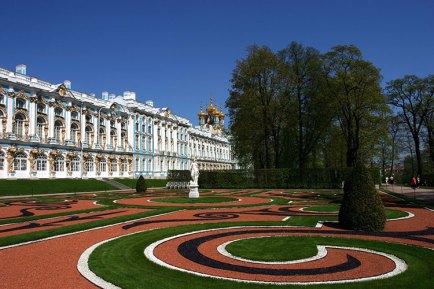 Екатерининский дворец в стиле барокко и сад перед ним. Пушкин.