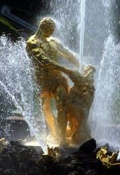 Самсон и лев. Высота струи фонтана 22 метра.