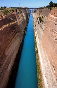 Коринфский канал, соединяющий Ионическое и Эгейское моря. Ширина 24 метра. Полуостров Пелопоннес.