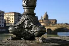 Фонари на лапах вдоль набережной реки Arno. Флоренция.