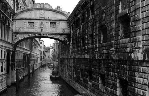 Мост Вздохов, соединяющий дворец Palazzo Ducale и тюрьму.