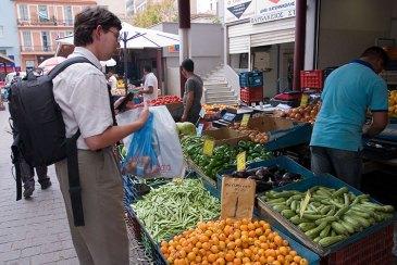 Покупаем локву (loquat, Eriobotrya japonica) на Центральном рынке.