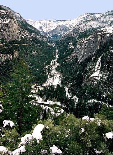 Долина Yosemite. На заднем плане скала Cathedral и водопад Bridalveil fall.