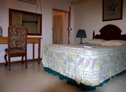 """Простой номер в гостинице """"Hotel Maya"""" на мексикано-белизской границе."""