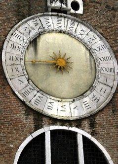 Часы San Giacomo di Rialto (1410) на одной из самых старых венецианских церквей.