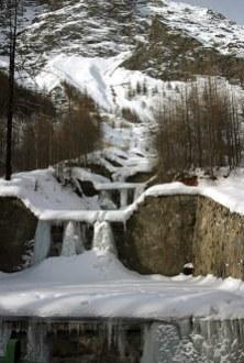 Застывший водопад в национальном парке Gran Paradiso.