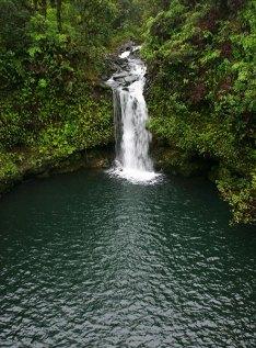 Верхний водопад и пруд в парке Pua'a Ka'a.