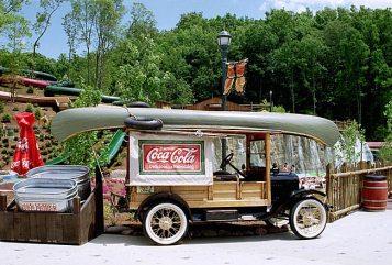 "Старый автомобиль для перевозки Кока-Колы. Водный парк ""Dolly's Splash Country"". Pigeon Forge."