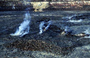Не успокоившийся до сих пор кратер Halema'uma'u. Hawai'i Volcanoes National Park.