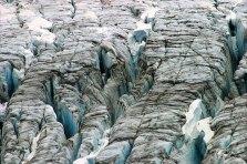 Глубокие морены в леднике.