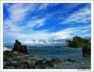 """""""Перед штормом"""". Почти спокойный океан, омывающий гавайский остров Мауи. Пальмы начинают гнуться, небо затягивается тяжелыми грозовыми тучами. Вечером будет шторм…"""