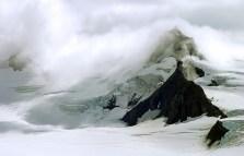 Снежная дымка над нунатаком (изолированной скалой, окруженной льдом со всех сторон).