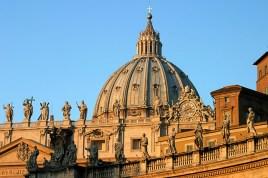 Один из красивейших ансамблей мира - купол собора Св. Петра и скульптуры.