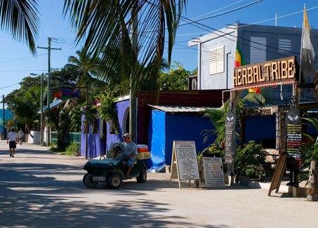 Ресторанчики и кафе вдоль главной улицы в деревне.
