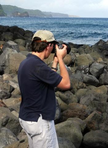 Илья фотографирует океан у полуострова Ke'anae.
