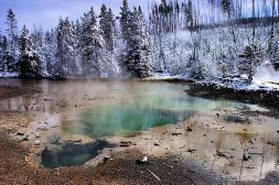 Изумрудный родник (Emerald spring) в самом начале бассейна Норриса.
