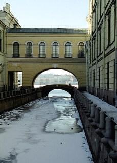 Зимняя канавка. Впереди Эрмитажный мост и Нева.