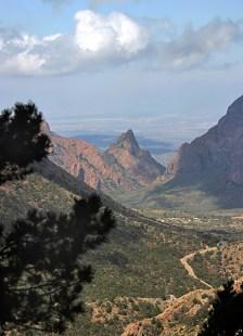 Вид на Chisos Mountains и пустыню Chihuahuan Desert с высоты тропы Lost mine trail.