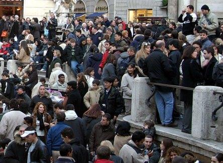 Многонациональная толпа у фонтана де Треви.