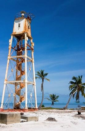 Старый английский маяк, переживший множество ураганов и наводнений. Атолл Turneffe.