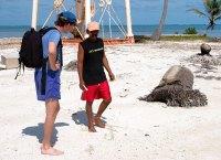 Илья с одним из гидов беседуют об истории острова. Атолл Turneffe.